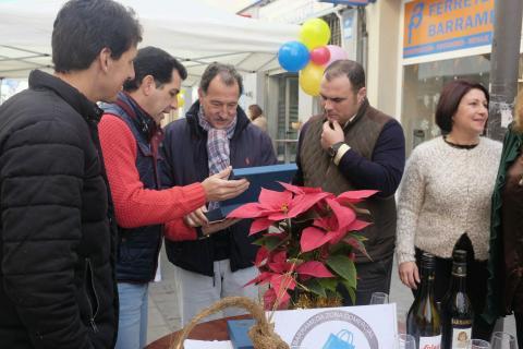 Jesús Villegas, delegado de comercio, junto a APYSAN (foto: Nicolás García)