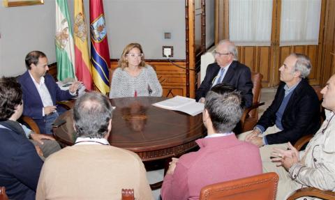 Un momento de la reunión entre alcalde y bodegueros. (Foto: Mariqui Romero)