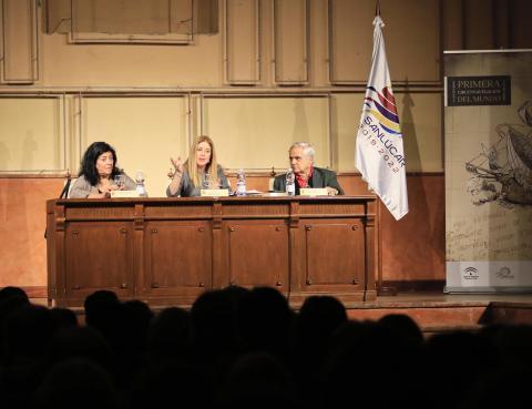 Almudena Grandes, Ana Cabello y Juan Cruz, en el auditorio de La Merced. (Foto: Nicolás G. Becerra)