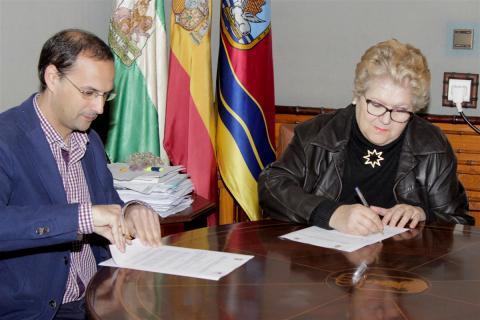 El Alcalde y la presidenta de la Asociación MMSS firman el convenio. (Foto: Mariqui Romero)
