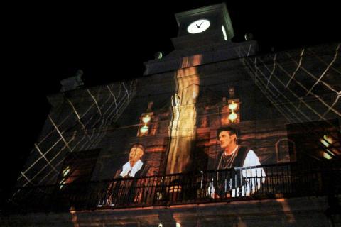 Momento de la proyección en la fachada de la biblioteca mpal. el pasado mes de agosto (Foto: Mariqui Romero)