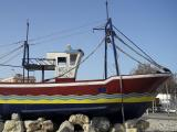 Pintadas en el barco ornamental situado en la rotonda de la avenida de la Manzanilla.