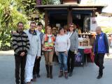 Rafael Portillo, Pte. de la Asociación de belenistas, junto a Juan Oliveros, delegado de cultura y fiestas y otros componentes, junto al Kiosko (Foto: Mariqui Romero)