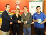 El técnico de Ecovidrio, junto a los delegados Rocío Sumariva y Jesús Villegas y el gerente de Pub Malandar. (Foto: Mariqui Romero)