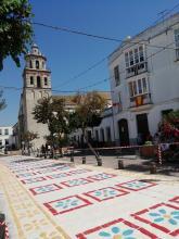 Alfombra de sal que se construye durante la madrugada del día 14 de agosto para cuando procesione la Virgen de la Caridad por la calles de la ciudad la tarde del día 15 de agoato.