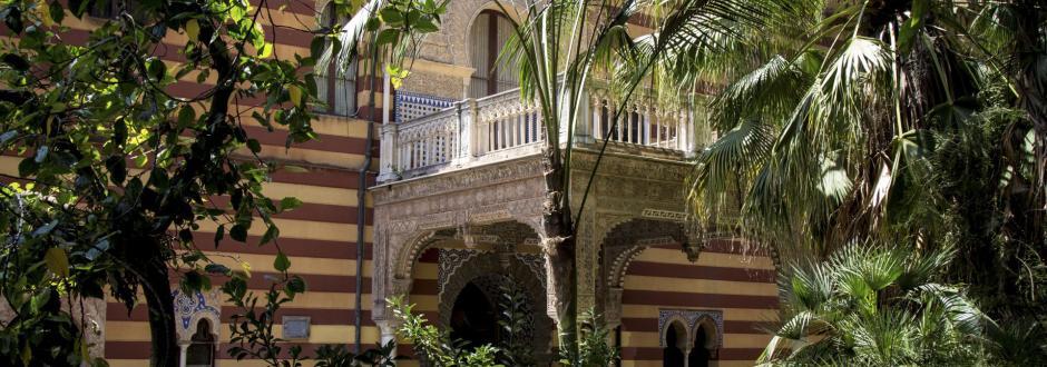 Detalle de la fachada principal del palacio de Orleáns desde el jardín de entrada.