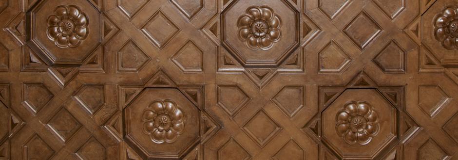 Detalle del artesonado del techo de madera de las galerías interiores del edificio