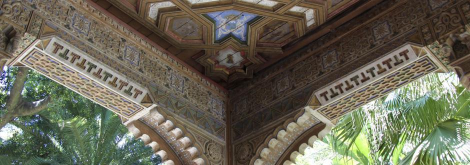 Otro detalle de la fachada principal del palacio de Orleáns